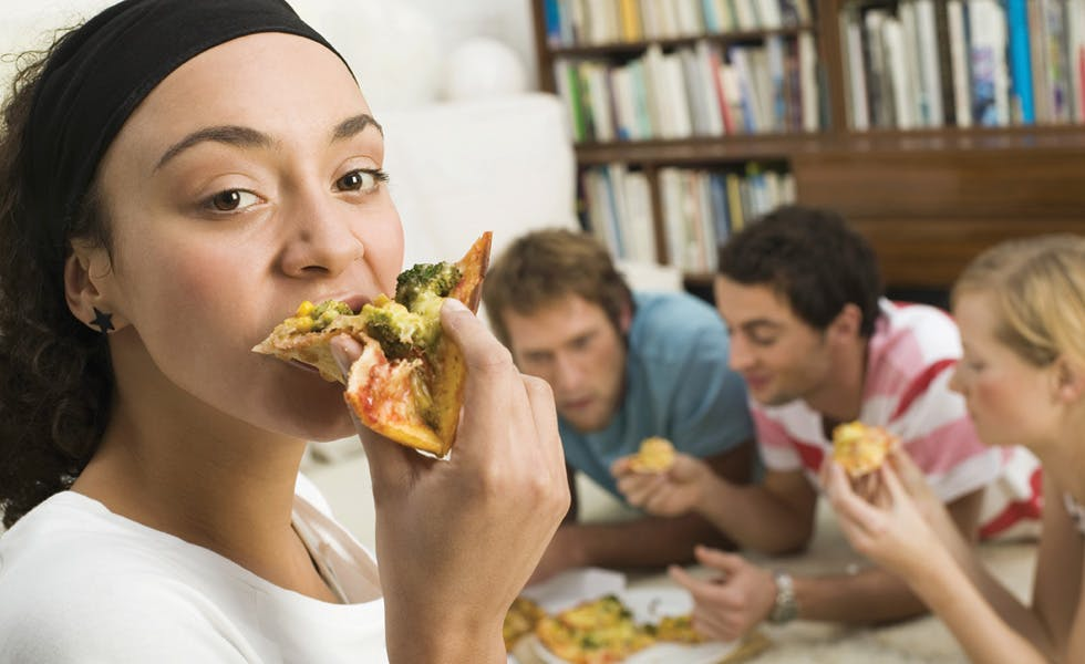 Students-eating-pizza